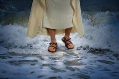 耶稣走的水 免版税库存图片