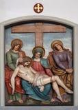 耶稣身体从十字架,第13个苦路被去除 免版税库存图片