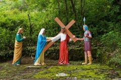 耶稣运载他的十字架(雕刻的表示法 库存图片