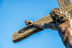 耶稣雕象交叉的 库存照片