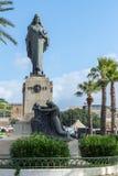 耶稣雕象,马耳他由在下下跪的妇女代表 库存照片