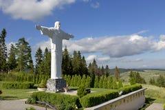 耶稣, Klin,斯洛伐克大白色雕象在风景的 免版税库存图片