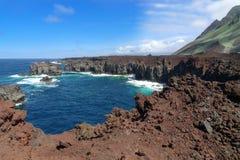 耶罗岛-在蓬塔de La Dehesa的岩石海岸 库存照片