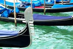 耶老岛长平底船在威尼斯式盐水湖靠了码头 免版税库存照片