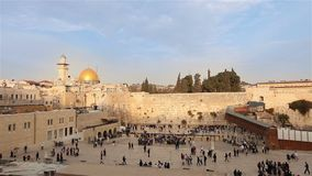 耶路撒冷、西部岩石的墙壁和圆顶,以色列旗子,总图, Timelapse,好的天气 股票录像