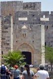 耶路撒冷、以色列6月11日2017游人和居民接近t 免版税图库摄影