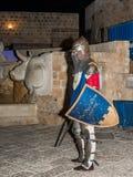 耶路撒冷俱乐部的骑士的成员在骑士的传统装甲穿戴了,摆在为摄影师在老晚上 图库摄影