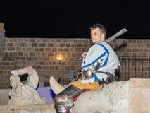耶路撒冷俱乐部的骑士的成员在骑士的传统装甲穿戴了,摆在为摄影师在老晚上 免版税库存图片