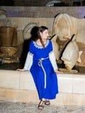 耶路撒冷俱乐部的骑士的成员,打扮在中世纪夫人的传统服装,在晚上坐靠近喷泉 库存照片