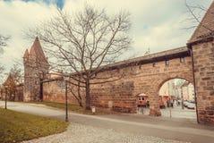 耶路撒冷旧城历史砖墙有被成拱形的入口的与石塔 图库摄影