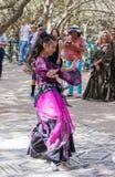 耶路撒冷的成员骑士穿戴了,舞蹈家跳舞东方舞蹈 库存图片