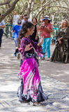 耶路撒冷的成员骑士穿戴了,舞蹈家跳舞东方舞蹈 免版税库存照片