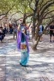 耶路撒冷的成员骑士穿戴了,舞蹈家跳舞东方舞蹈 免版税图库摄影