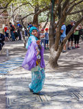 耶路撒冷的成员骑士穿戴了,舞蹈家跳舞东方舞蹈 库存照片