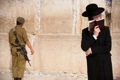 耶路撒冷的西部墙壁的以色列战士 免版税库存照片