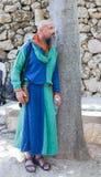 耶路撒冷的骑士每年节日的成员,休息在树附近 库存照片
