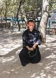 耶路撒冷的骑士每年节日的成员,打扮作为武士显示与剑的锻炼 免版税库存照片