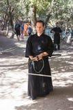 耶路撒冷的骑士每年节日的成员,打扮作为武士显示与剑的锻炼 免版税库存图片