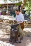 耶路撒冷的骑士每年节日的成员,打扮作为铁匠伪造铁细节 库存图片
