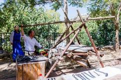 耶路撒冷的骑士每年节日的成员,打扮作为铁匠吹辅助毛皮 库存照片
