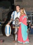 耶路撒冷的骑士的成员在骑士和摆在photogr前面的夫人礼服的传统装甲棍打穿戴  库存图片