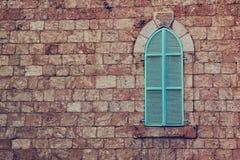 从耶路撒冷石头和老蓝色铁快门的老房子的墙壁 免版税库存图片