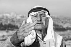 耶路撒冷,以色列- 2016年12月:对和平的阿拉伯人波浪 库存图片