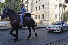 耶路撒冷,以色列- 2018年9月07日, :追逐在街道上在城市耶路撒冷 在街道上的登上的police免版税库存照片
