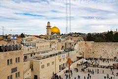 耶路撒冷,以色列- 2018年12月1日:人们祈祷在西部墙壁的,哭墙 库存图片