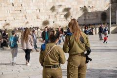 耶路撒冷,以色列- 2018年12月1日:以色列武装的妇女士兵和西部墙壁的 免版税图库摄影