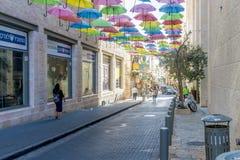 耶路撒冷,以色列- 2017年10月20日 在耶路撒冷街道的现代电车  图库摄影