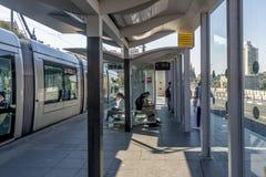 耶路撒冷,以色列- 2017年10月20日 在耶路撒冷街道的现代电车  免版税库存图片