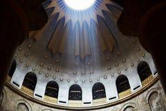 耶路撒冷,以色列2018年8月25日:耶稣基督空的坟茔和圆顶圆形建筑结束它在耶路撒冷在圣洁坟墓教会里 的treadled 免版税库存图片