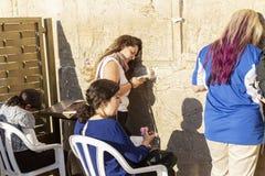 耶路撒冷,以色列09/11/2016:在妇女的边的信徒由哭墙 库存照片