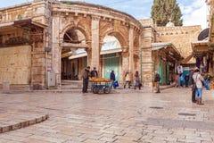 耶路撒冷,以色列- 2013年2月17日:买纪念品的游人 免版税库存照片