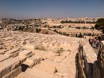 耶路撒冷,以色列- 2015年7月13日:在橄榄山的老犹太坟墓在耶路撒冷, 免版税库存照片