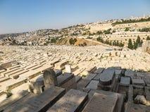 耶路撒冷,以色列- 2015年7月13日:在橄榄山的老犹太坟墓在耶路撒冷 免版税图库摄影