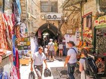 耶路撒冷,以色列- 2015年7月13日:在sta中的狭窄的石街道 免版税库存照片