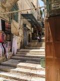 耶路撒冷,以色列- 2015年7月13日:在sta中的狭窄的石街道 免版税库存图片