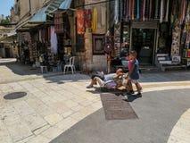 耶路撒冷,以色列- 2015年7月13日:在sta中的狭窄的石街道 库存图片