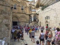 耶路撒冷,以色列- 2015年6月21日:小组入口的游人对圣墓教堂在老城Jerus 库存照片
