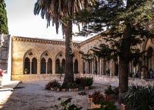 耶路撒冷,以色列- 2015年7月13日:心房哥特式走廊在父亲Noster的教会里橄榄山的 免版税库存照片