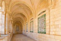 耶路撒冷,以色列- 2015年3月3日:心房哥特式走廊在父亲Noster的教会里橄榄山的 库存图片