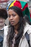 耶路撒冷,以色列- 2006年3月15日:普珥节狂欢节,一名年轻埃赛俄比亚的妇女的画象她的顶头佩带的小丑帽子的有响铃的 库存照片