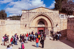 耶路撒冷,以色列- 2013年2月20日:进入坟茔的游人 免版税图库摄影