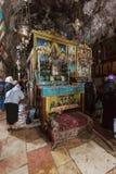 耶路撒冷,以色列- 2013年2月16日:进入sarcoph的游人 免版税库存图片
