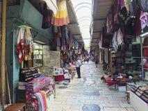 耶路撒冷,以色列- 2015年6月21日:围巾、衣裳和纪念品待售在市场上,位于在老Cit的墙壁里面 库存照片