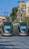 耶路撒冷,以色列- 2016年10月28日:轻的路轨电车火车 被参观的城市由游人  免版税库存图片