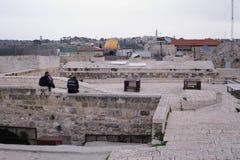 耶路撒冷,以色列- 2017年2月28日-在耶路撒冷屋顶的警察 免版税库存图片