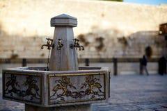 耶路撒冷,以色列-有水和专辑礼节杯子的起重机在西部墙壁附近的洗涤的手的 耶路撒冷 以色列 免版税库存照片